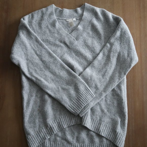 H&M soft v neck sweater size small